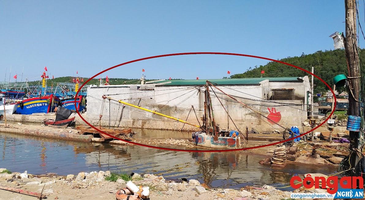 Nhà máy nước đá của ông Trần Huy Hoàng xây dựng trái phép tại cảng Lạch Quèn đến nay vẫn chưa bị tháo dỡ?