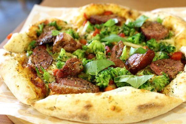 【桃園-TINO'S PIZZA CAFE 堤諾比薩(桃園中山店)】義式番茄蔬菜烤鴨比薩嘗鮮!