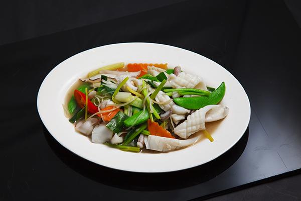 魷魚刻花就是將魷魚切片後以十字縱橫交錯的淺淺斜切,可讓魷魚身更快熟透,同時自然捲曲的身形更能豐富入口的口感。