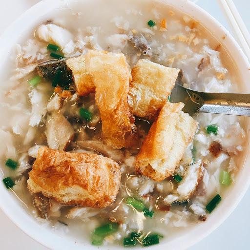 台南豪華的早餐,算是人很多的一家,觀光客也很多,鹹粥配油條超讚!