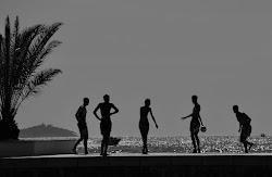 giocare a palla davanti al mare