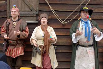 Photo: Ksenija zeigt ihrem Burder Zoran und Pjetre die Grundlagen der Jonglage.