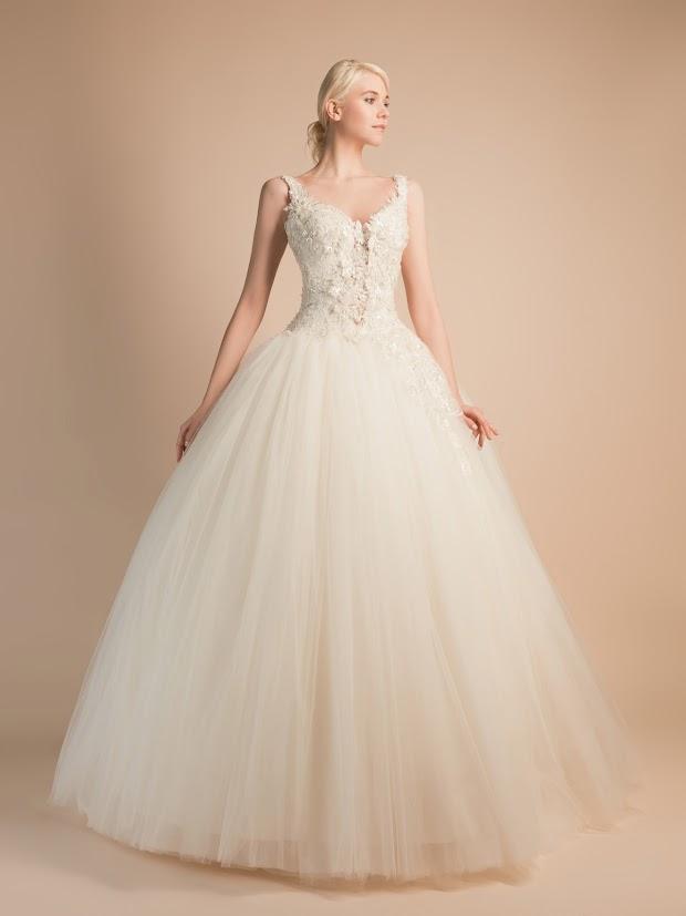 Robe de mariée Anouk, robe de mariée avec décolleté profond, robe de mariée bretelles dentelle