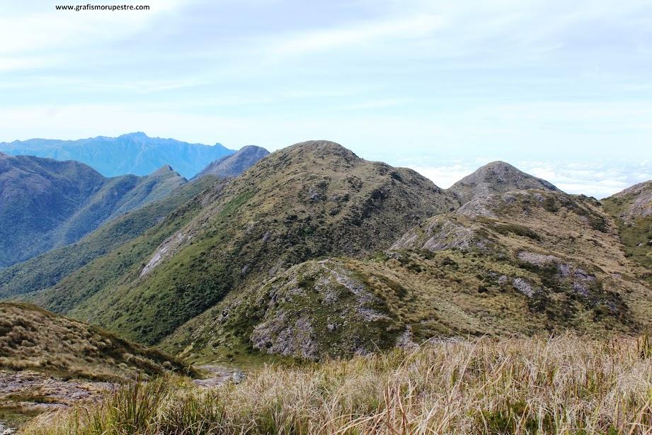 Trilha do Paiolinho - Pedra da Mina - Trilha pelas cristas da montanha saído à esquerda do pico da ASA.