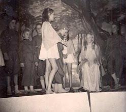 Photo: Bonte avond 1958 Bosvolk v.l.n.r. Dina Dekker, Geert-Jan Niemeijer, Hennie Lanjouw, elfje Janny Enting, Fenny Moek (elfenkoningin) rechts Janna Weijer