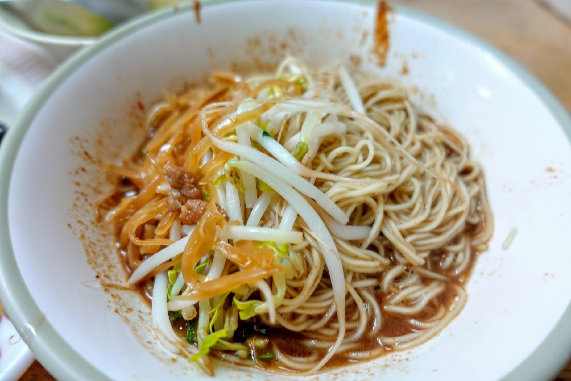 麻醬麵上頭有豆芽菜和榨菜,底下滿滿的麻醬醬汁