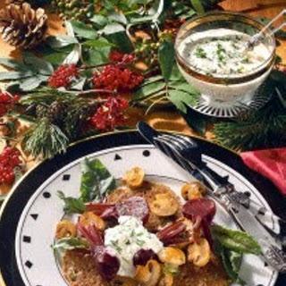 Buchweizenpfannkuchen mit Champignons, Roter Bete und frischen Kräutern