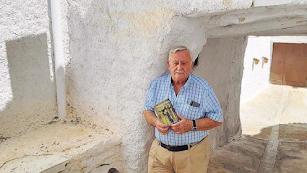 El escritor Elías Sánchez con su libro, en Alcudia de Monteagud.