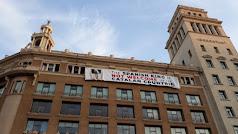 Pancarta colocada en el lugar del homenaje a las víctimas de los atentados en Barcelona.