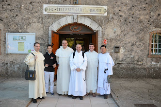 Photo: Zleva: náš otec Irenej z Fribourgu; Jean-Baptiste, ministrant z Bordeaux; ffr. Hyacint, Damián-Maria, Kliment a Adrien z Indonésie.