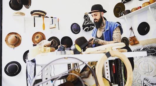 Llega a Almería el artista de los sombreros