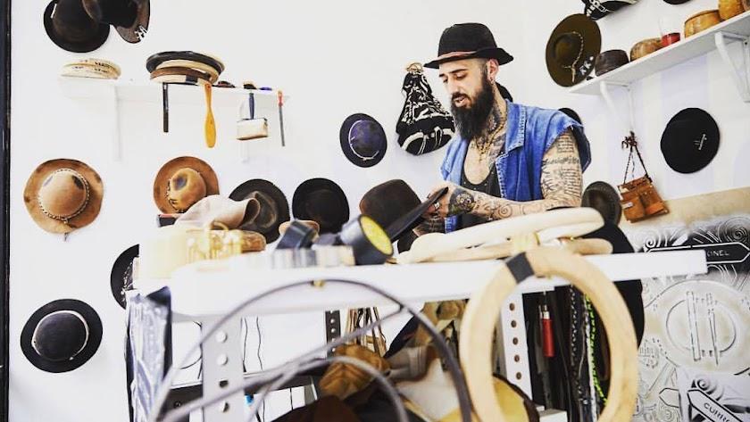 Curro Coronel  realiza sombreros personalizados, en cada uno invierte 70 horas de trabajo.
