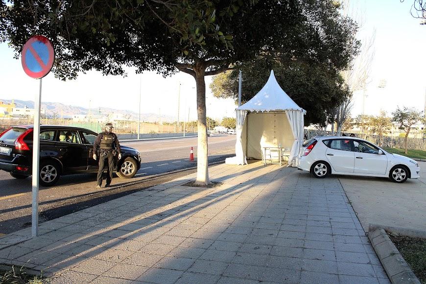 La Policía Local a la entrada del auto-covid del Palacio de los Juegos Mediterráneos.