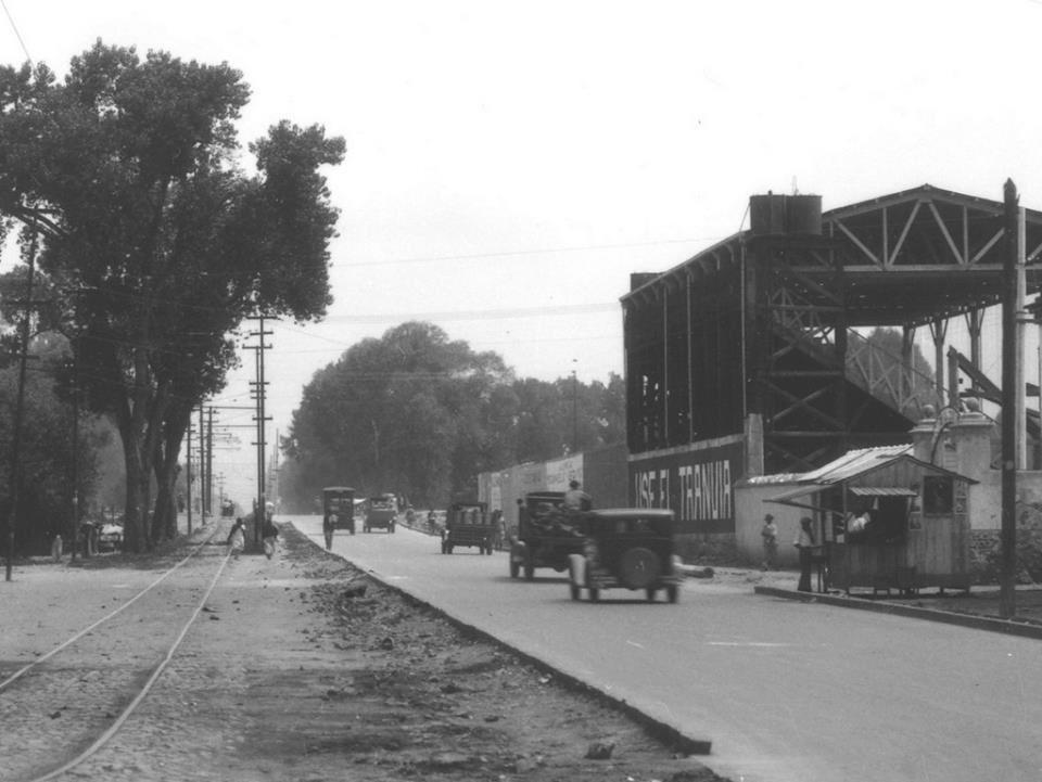 Foto en blanco y negro de una calle  Descripción generada automáticamente