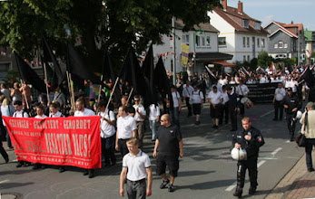 Photo: Die Neonazis versuchten sich in schwarz-weiß zu uniformieren.