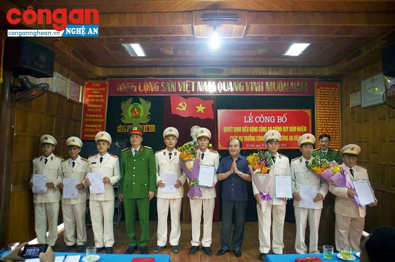 Tặng hoa chúc mừng các đồng chí được bố trí đảm nhiệm các chức danh Công an xã.