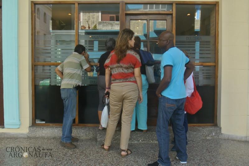 Cubanos haciendo cola en la dulcería de la Habana