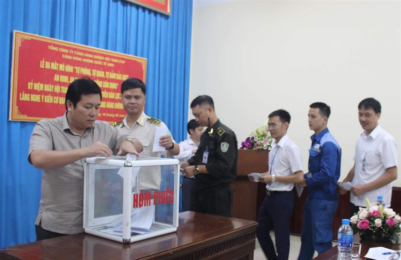 Cán bộ công nhân viên Cảng hàng không quốc tế Vinh bỏ phiếu tại Diễn đàn ANKT lắng nghe ý kiến nhân dân