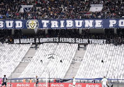 Les supporters de Bordeaux, interdits de déployer un message contre leur direction, montent sur la pelouse