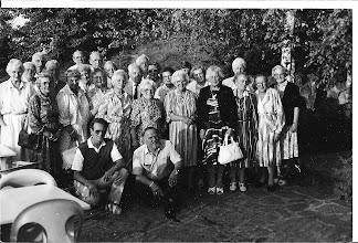 Photo: Sept. 1986: Met het hele gezelschap uit Egmond aan zee vertrok mijn moeder naar Duitsland,  om daar met z'n allen vakantie te vieren. Zij trok veel op met Aagje Heere tweede  van links, mijn moeder kijkt er precies tussen door. Ze hebben een leuke tijd gehad met elkaar, ze woonden samen in het zelfde apartementen complex. Ook zijn ze samen een weekje met  vliegtuig in Engeland geweest, ''bij Aagjes dochter'' geweldig hebben ze het daar gehad. Veel gezien o.a. Backingham Palace.  Mijn vader had dat nooit gedaan met vliegtuig, ik geef mijn klompen niet eens mee, zei hij dan. Hij was nergens bang voor, wel voor een  vliegtuig.