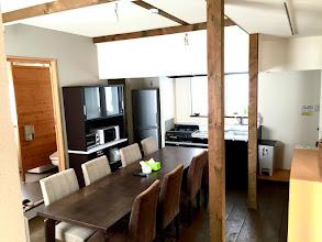 Photo: 1階フロアは土間、ダイニングテーブルも広々