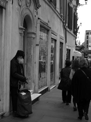 Una persona tra i manichini... di SugarS88