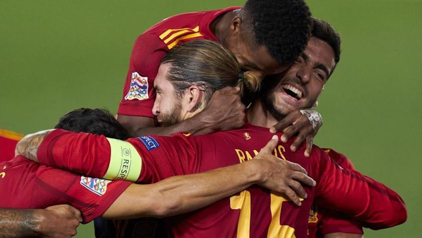 Ansu Fati, Sergio Ramos y Mikel Merino celebran un gol de la Roja.