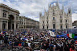 Hallucinante beelden! Alles wat blauw en zwart is, troept samen in Milaan