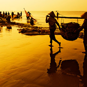 A busy day by Do AmateurPic - News & Events World Events ( dawn, viet nam, sầm sơn beach, thanh hóa, sea, beach, sunrise, amateurpic )