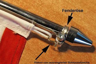 Photo: am oberen Ende habe ich an der Fenderöse einen Haken aus einer alten Schlüsseltasche befestigt. Daran kann man die Fahnenschnur einhängen