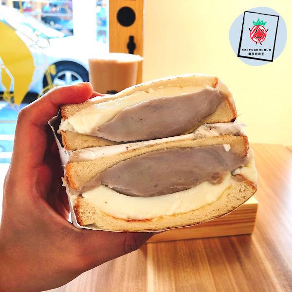 🍼芋泥奶酪吐司 $65 🧀️爆漿起司厚豬肉吐司 $85 🥤努瓦拉那提(大杯) $55  #芋泥奶酪吐司 綿密微甜的芋頭🤤 配上奶味清香的奶酪 吃起來有點像奶凍捲🤣 不用擔心會太甜膩 整體好吃