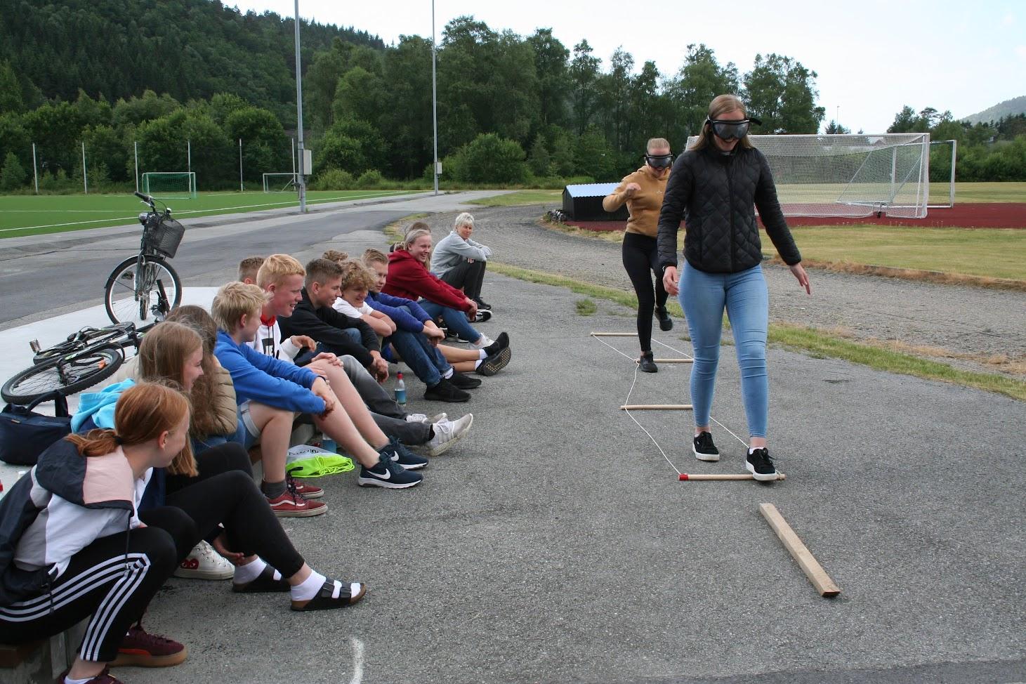 Bildet er fra trafikksikkerhetsdag på Lindesnes ungdomsskole i juni 2018. Det viser ungdom i aktivitet.