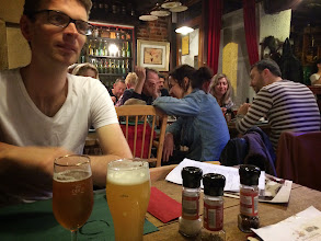 Photo: Jakob på Restobieres, venter med øl på mad med øl.