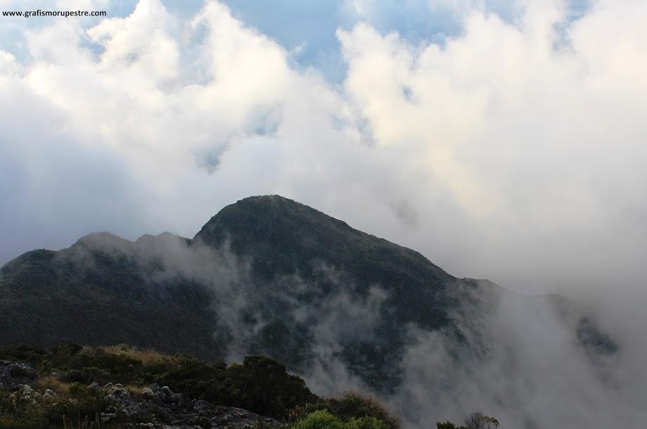 Trilha do Paiolinho - Pedra da Mina - Vista da trilha percorrida a partir do Pico da ASA. A maior elevação é o Pico do Deus Me Livre.
