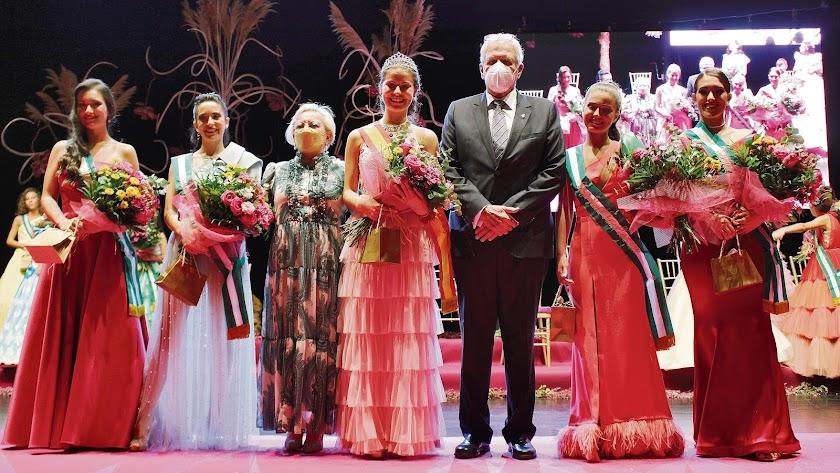 La elegida como Reina Juvenil ha sido Beatriz Soto Agüero, que aquí se ve rodeada de sus Damas, el alcalde y la edil de festejos.