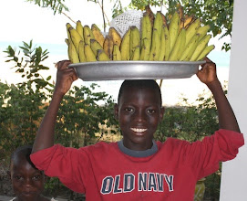 Photo: Bernard, le petit vendeur de bananes officiel du Busua Inn, busua beach, west coast, Ghana