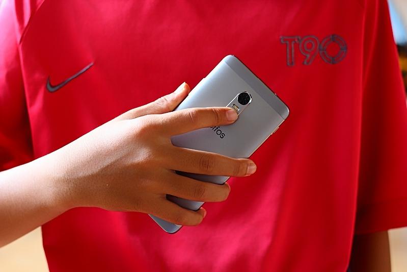 Buka smartphone dengan mengimbas jari sepantas 0.2 saat