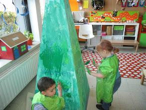 Photo: pyramide kerstboom  stap 1: groen maken met onze handen