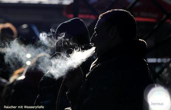 Photo: Raucher mit orientalischer Wasserpfeife