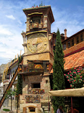 Photo: Rezo Gabriadze -nukketeatterin kellotorni on muodostunut suosituksi nähtävyydeksi. Kellotorni on  uusi, tässä ei ole mitään historiallista!