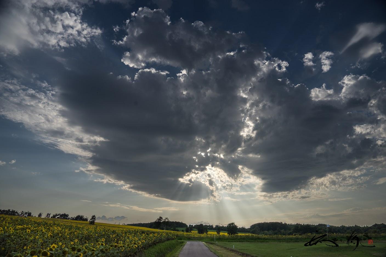 太陽と暗雲