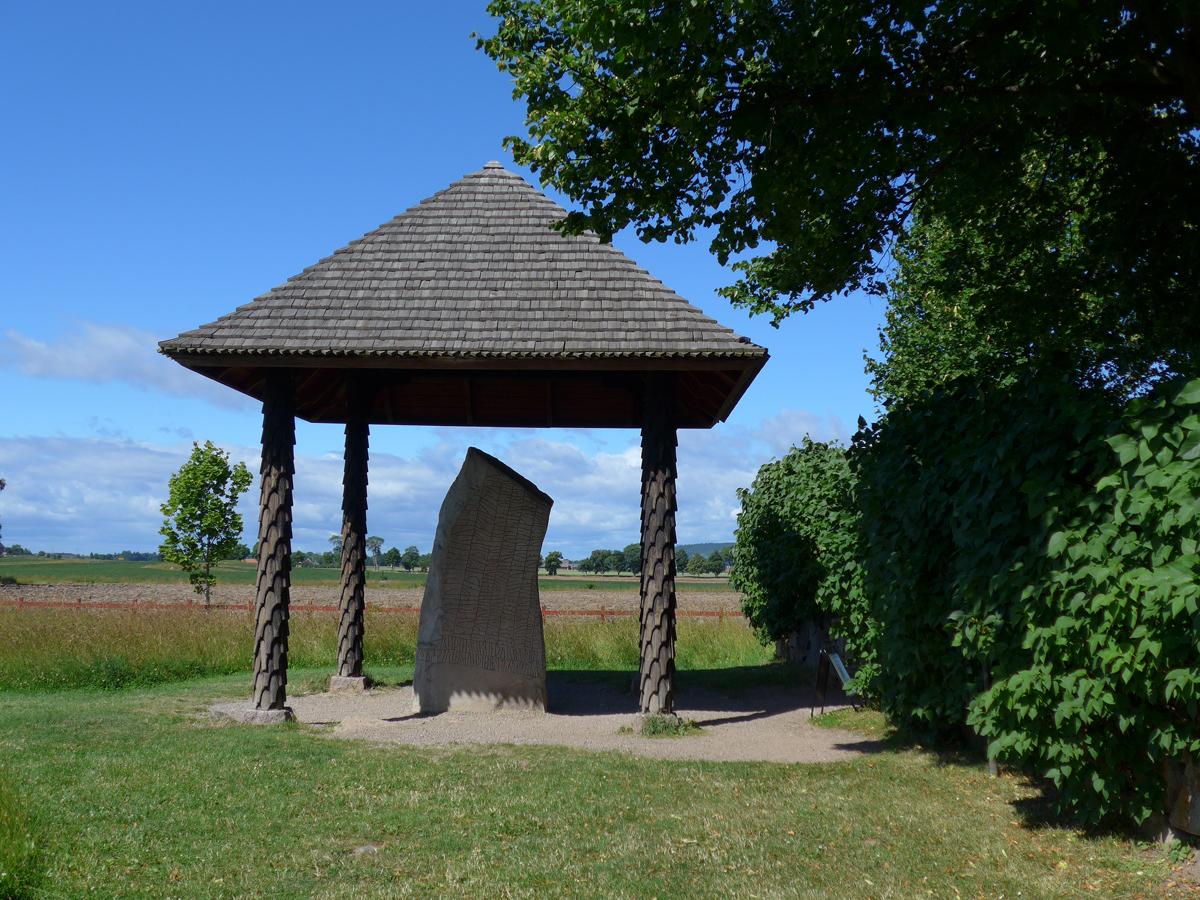 Photo: Rökstenen. Rök socken, Ödeshög kommun, Östergötland. 20130716. Runor, runskrift. © Sven Olsson (e-post: kosmografiska@gmail.com)