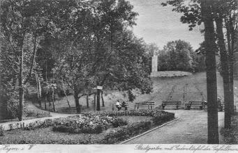 Photo: Das Blumenbeet auf halben Wege zwischen Ehrenmal und Orthodoxer Kirche dargestellt mit dem Ehrenmal - in ursprünglicher Fassung! - im Hintergrund (Die Ansichtskarte wurde verwendet im Jahr 1926).