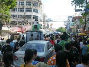 Photo: Některé ulice v centru Bangkoku se pro motoristy uzavírají a proudí zde obrovské davy lidí.