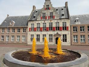 Photo: De fontein spuit oranje water