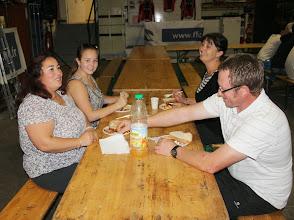 Photo: Rosalie entame le repas pris en commun .....