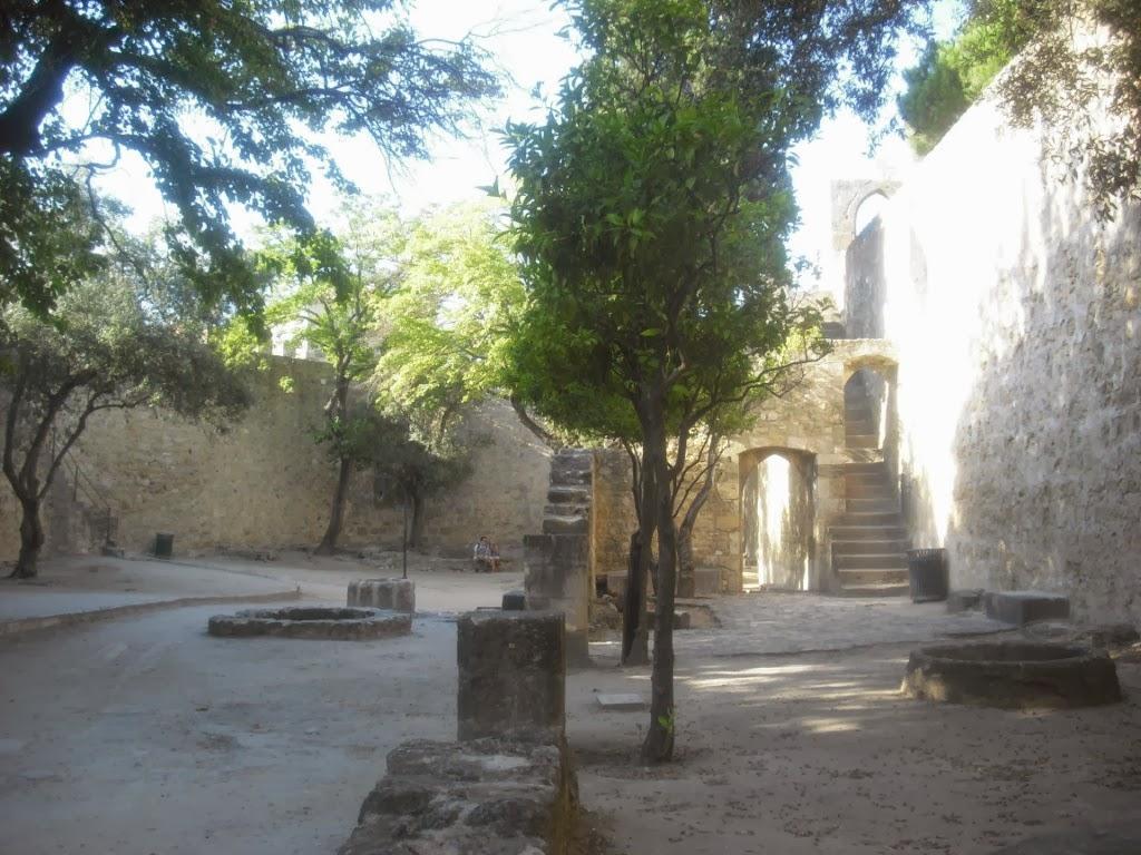 Recorre los patios y torres del Castillo