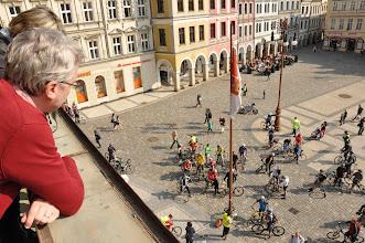 Photo: Pohled z liberecké radnice na shlukující se cyklisty připravené společně vyrazit do Jablonce n.N.  Autor: Radka ŽÁKOVÁ www.cyklostrategie.cz