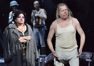 Photo: WIEN/ BURGTHEATER: MUTTER COURAGE UND IHRE KINDER von Berthold Brecht. Inszenierung David Boesch. Premiere 8.11.2013,  Maria Happel, Tilo Nest. Foto: Barbara Zeininger