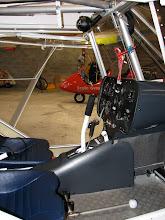 Photo: Vue de la cabine ainsi que de la commande de gaz entre les jambes